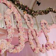 Viele hundert Blumen zieren die Initialen von Daniela und Lukas.