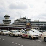 Vom Flughafen muss der Urlauber zum Hotel, doch der Transfer fällt aus. Dann muss der Reiseveranstalter das Taxi bezahlen.