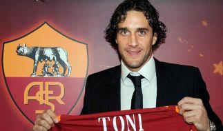 Vom Tribünengast zum Hoffnungsträger: Luca Toni mit Anzug und neuem Trikot. (Foto)