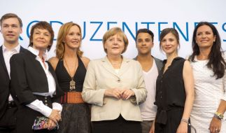 Von ihren öffentlichen Auftritten wie hier beim Produzentenfest 2013 kennt Bundeskanzlerin Angela Merkel zahlreiche Promis - unter ihnen auch viele Fans. (Foto)