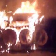 Von Rebellen gefilmte Bilder zeigen einen brennenden Panzer der Assad-Truppen.