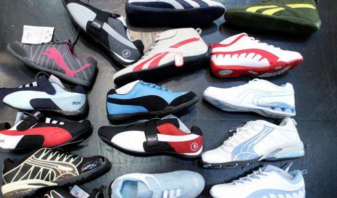 Vor dem Kauf an Sportschuhen riechen (Foto)