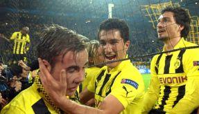 Vor Ekstase erschöpft: Mario Götze, Nuri Sahin und Mats Hummels feiern mit den Fans (von links). (Foto)