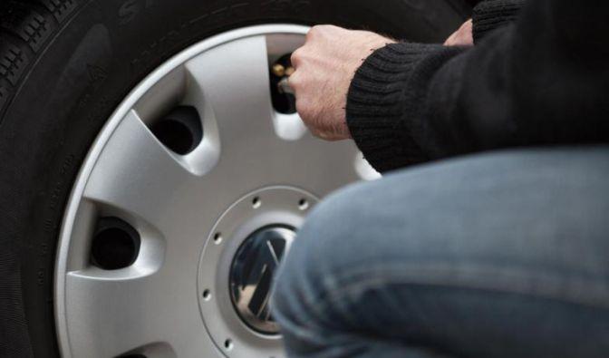 Vor der Fahrt in den Urlaub sollte man den Luftdruck der Reifen prüfen und bei viel Gepäck erhöhen. (Foto)