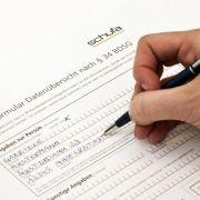 Auskunfteien wie die Schufa sammeln Informationen über die Zahlungsfähigkeit von Kunden, also zum Beispiel über Kredite, Bürgschaften, Bank- und Mobilfunkkonten.