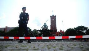 Vor dem Roten Rathaus in Berlin haben Polizisten am Freitag einen Mann erschossen. (Foto)