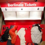 Vor einem Ticketschalter für die Berlinale schlafen zwei hartgesottene Fans. Die Eintrittskarten für die Filmfestspiele sind sehr begehrt und schnell ausverkauft. (Foto)