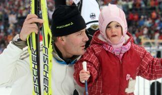 Wächst da die neue Biathlon-Generation heran? Sven Fischer gemeinsam mit seiner Tochter Emilia Sophie im Schnee. (Foto)