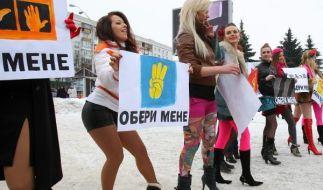 «Wählt mich!»: Ukrainische Feministinnen protestieren gegen ihrer Ansicht nach unehrliche Kandidaten (Foto)