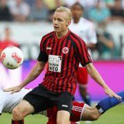 Während die anderen Klubs gegen die Eintracht stolpern, bleibt Sebastian Rode aufrecht: der Eintracht-Jungstar beim Sieg gegen den HSV gegen Milan Badelj.