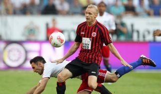 Während die anderen Klubs gegen die Eintracht stolpern, bleibt Sebastian Rode aufrecht: der Eintracht-Jungstar beim Sieg gegen den HSV gegen Milan Badelj. (Foto)