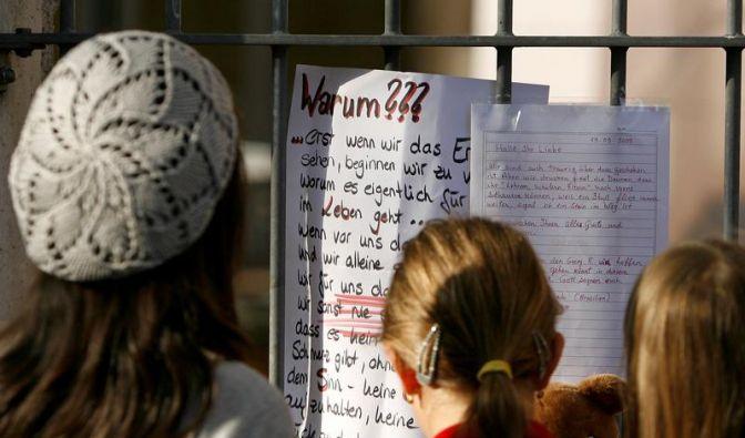 «Warum?» fragen sich die Schüler des Ansbacher Carolinum-Gymnasiums. (Foto)