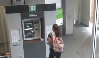 Was dieser Frau am Geldautomaten passiert, werden Sie nicht glauben. (Foto)
