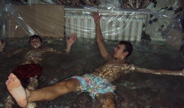Wasser marsch! Diese russischen Teenies haben sich ihr eigenes Schwimmbad gebaut. (Foto)