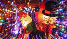 Weihnachten made in USA: Auch am Bodensee steht man auf Bling-bling, Lichtermeere und von innen beleuchtete Schneemannfiguren. Seit rund 20 Jahren ist ein Haus in Ailingen während der Adventszeit mit bunten Lämpchen, Disneyfiguren und weihnachtlichen Motiven geschmückt. Foto: Felix Kästle Foto: dpa