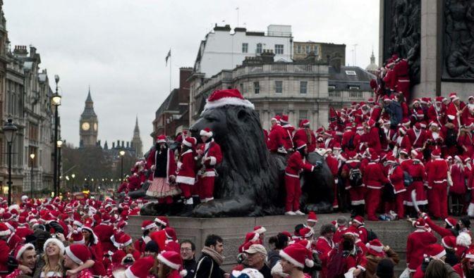 Weihnachtsmänner in London (Foto)
