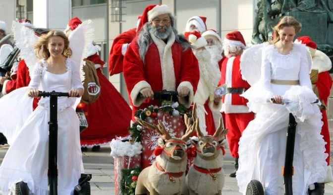 Weihnachtsmänner kommen auf Elektroroller (Foto)