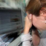 Wenn der Kopf brummt, ist oft ein falsch eingerichteter Arbeitsplatz oder stickige Luft im Büro schuld.