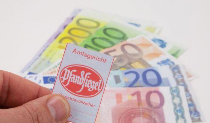Wenn die Pfändung droht, sollten Schuldner sich gut informieren. Denn auch wenn sie pleite sind, haben sie Rechte. (Foto)