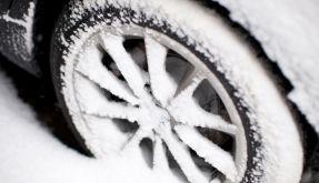 Wenn der Schnee schon so hoch liegt, sollten die Winterreifen längst auf dem Auto sein. (Foto)
