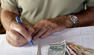 Wer seine Einnahmen und Ausgaben aufschreibt, behält den Überblick - und kann leichter aufspüren, wo Sparpotenzial liegt. (Foto)