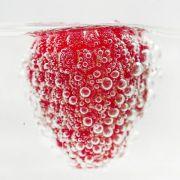 Wer eine echte Fruchtnote in seinem Wasser will, sollte das Erfrischungsgetränk am besten selbst zubereiten - mit Saft aus frischem Obst.