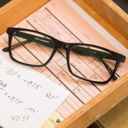 Wer Gläser mit mehr als sechs Dioptrien verschrieben bekommt, soll künftig einen Zuschuss für die Sehhilfe erhalten. (Foto)