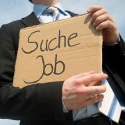 Wer einen Job sucht, sollte nicht gleich beim ersten wohlklingenden Angebot zugreifen - hinter traumhaften Versprechen lauern oft Abzocker.