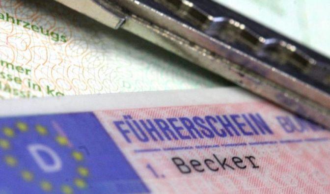 Wer sich hinter das Lenkrad setzt, sollte immer den Führerschein und die Zulassungsbescheinigung Teil I dabei haben. (Foto)
