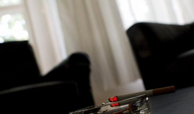 Wer drinnen raucht, verpestet die Luft im Zimmer - langfristig. Denn der Dunst dringt in Tapeten, Teppiche und Beläge ein. (Foto)