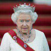 Wer Queen Elizabeth II. persönlich trifft, tut gut daran, sich an die höfische Etikette zu halten. (Foto)
