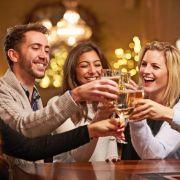 Wer ausgelassen feiert, sollte den Risikofaktor von Restalkohol nicht unterschätzen. (Foto)