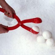 Wer perfekt geformte Schneebälle möchte, braucht dafür nicht mehr seine Hände quälen.