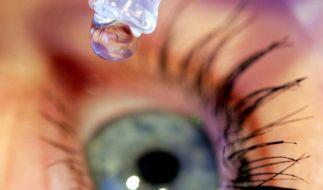 Wer zu wenig Tränenflüssigkeit produziert, kann mit Augentropfen nachhelfen. (Foto)