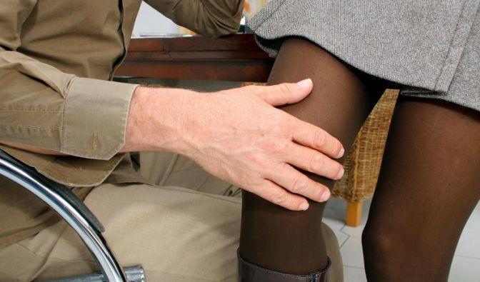 Wer gegen seinen Willen von einem Kollegen angefasst wird, sollte sich an den Arbeitgeber wenden. Er ist verpflichtet, seine Mitarbeiter vor Belästigung zu schützen. (Foto)