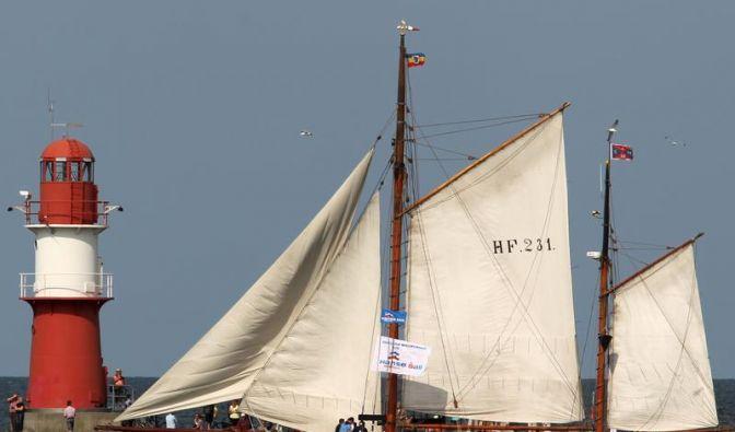 Wer sich dieses Wochenende zur Hanse Sail nach Rostock aufmacht, kann auf blauen Himmel ohne Regenwolken hoffen - dann macht der Anblick der Segelschiffe im Hafen noch mehr Spaß. (Foto)