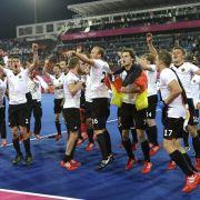Wie die Fußballer: Nach dem Gold-Coup tanzten die Hockey-Herren die Uffta.