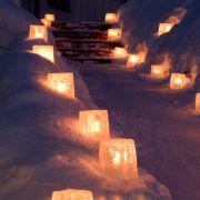 Windlichter aus Eis statt aus Glas bringen tolle Akzente in den winterlichen Garten.