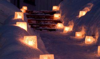 Windlichter aus Eis statt aus Glas bringen tolle Akzente in den winterlichen Garten. (Foto)