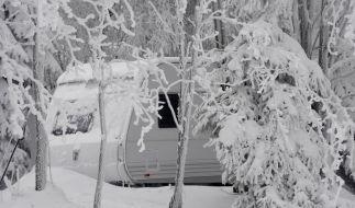 Wintercamper trotzen Schnee und Kaelte (Foto)