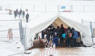 Wintereinbruch trifft Flüchtlinge an der deutsch-österreichischen Grenze. (Foto)