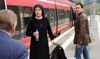 Wöller will Schwester Hanna zum Bleiben überreden. Doch das würde bedeuten, dass sie Leon (re.) ziehen lassen müsste. (Foto)