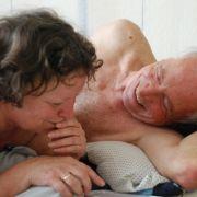 Verlieben sich trotz hohen Alters noch einmal neu: Inge (Ursula Werner) undKarl (Horst Westphal) in Wolke 9.