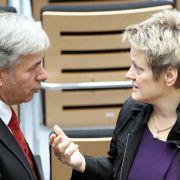 Fordert Klaus Wowereit heraus: Grünen-Fraktionschefin Renate Künast (rechts).