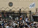 Wütende Demonstranten versuchten die US-Botschaft in Sanaa, Jemen zu stürmen. (Foto)