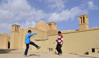Wütende Tritte iranischer Jugendlicher? (Foto)