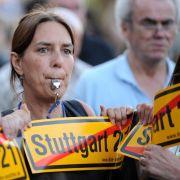 Wutbürger trillern gegen Stuttgart 21.