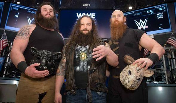"""WWE-Superstar Bray Wyatt (m.) trifft bei """"Wrestlemania 33"""" auf Randy Orton. (Foto)"""
