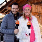 """""""ZDF Fernsehgarten on tour"""": Die beiden Moderatoren Giovanni Zarrella und Andrea Kiewel stehen winterlich gekleidet nebeneinander. (Foto)"""