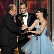 Zooey Deschanel und Jim Parsons überreichen Louis C.K. einen Emmy Award.